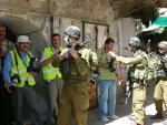 06-09-27 soldiers detain press in Hebron old city