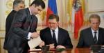 Minister Sergei Shmatko und Minister Dr. Reinhold Mitterlehner unterzeichnen das Abkommen.