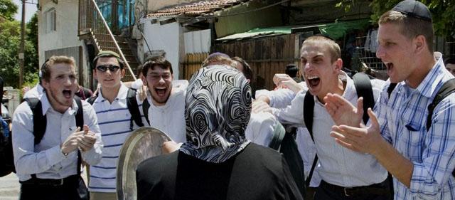 Jüdische Besetzer aus Europa zeigen einer Palästinenserin wie sich  Bestien verhalten.